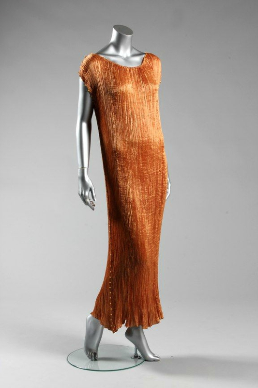 Pleats in fashion fabric manipulation Mariano Fortuny